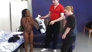 Black midget in threesome action (Camaster)